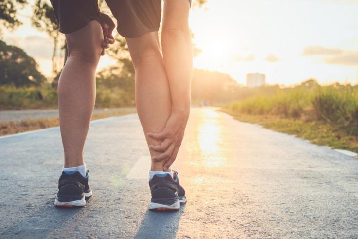 5 Cara Mengatasi Nyeri Otot Kaki Saat Berdiri Lama