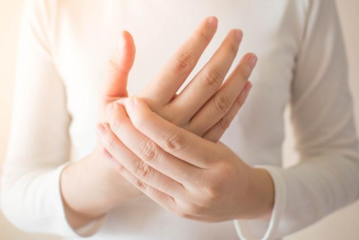Cara Mengatasi Tangan yang Kram, Kebas, dan Kesemutan