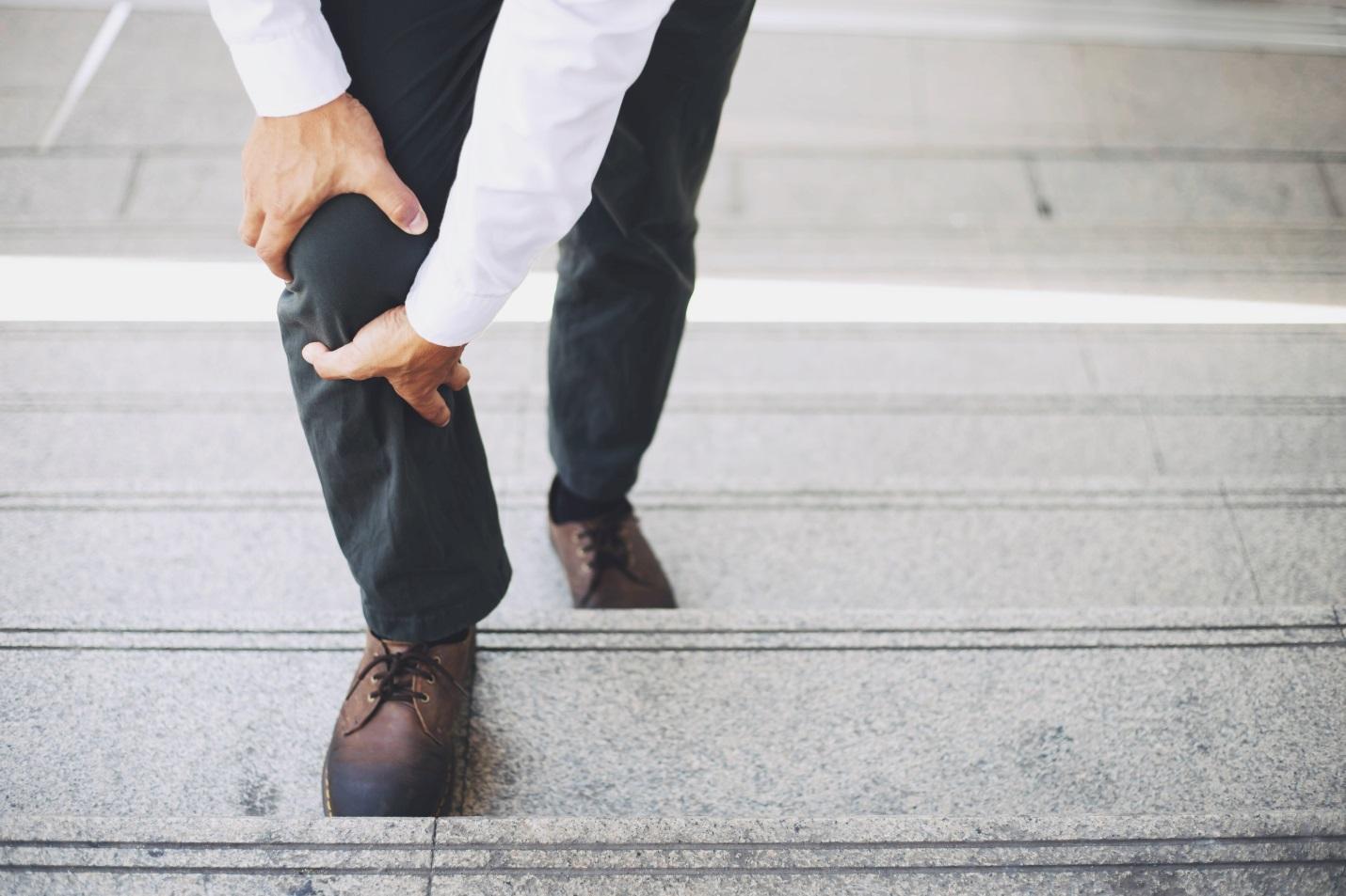 Cara Mengobati Persendian Lutut untuk Anda yang Sering Naik Turun Tangga