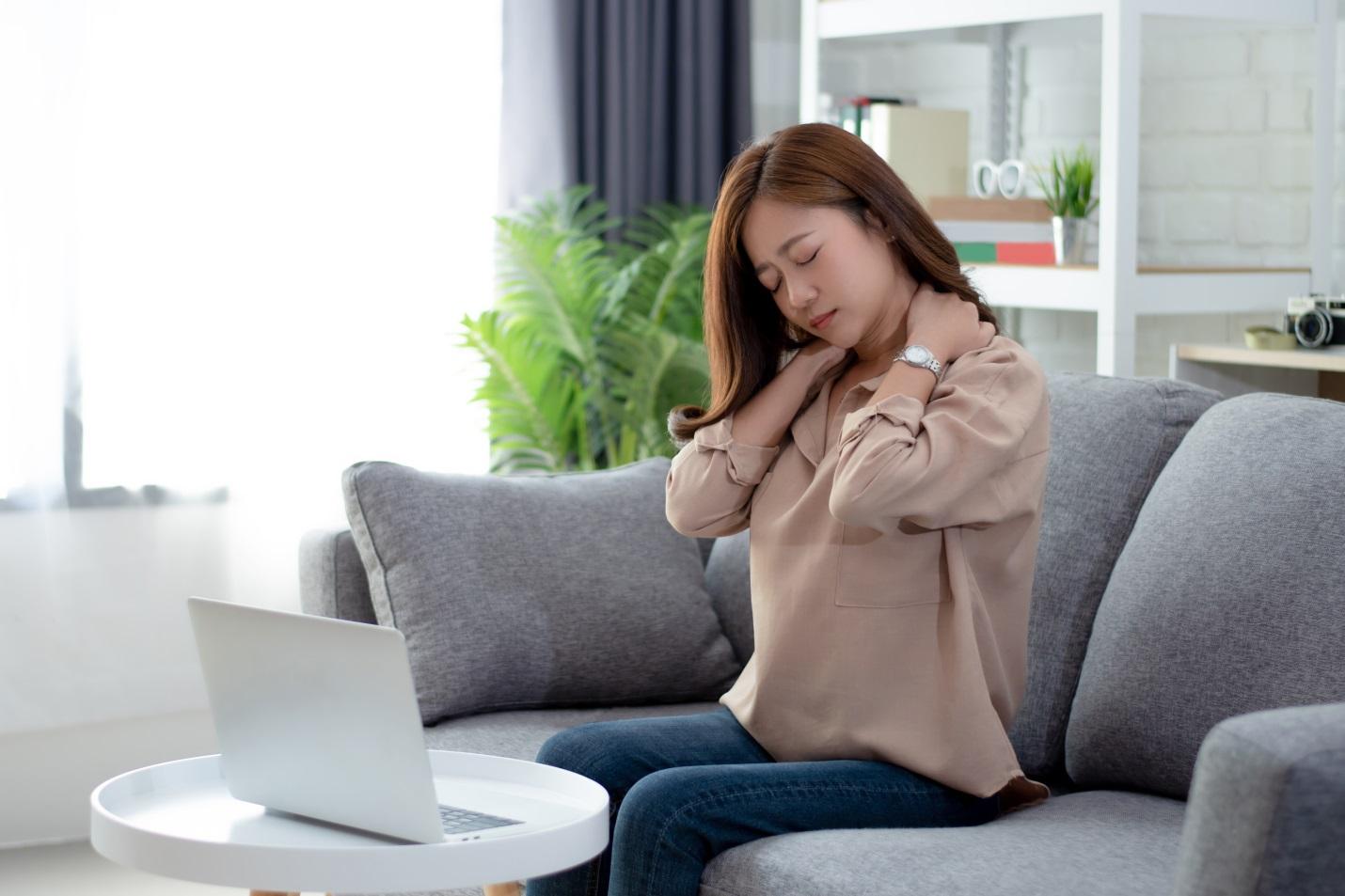 Kelelahan Akibat Bekerja di Rumah Berujung Pegal Linu? Intip Cara Mengatasinya Berikut Ini