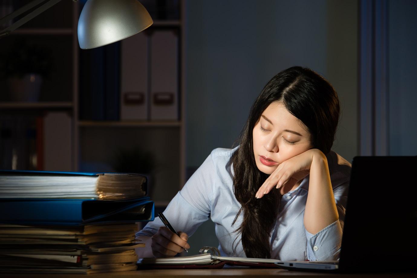 Sering Lembur Kerja? Simak Cara Mengobati Sakit Punggung Berikut Ini